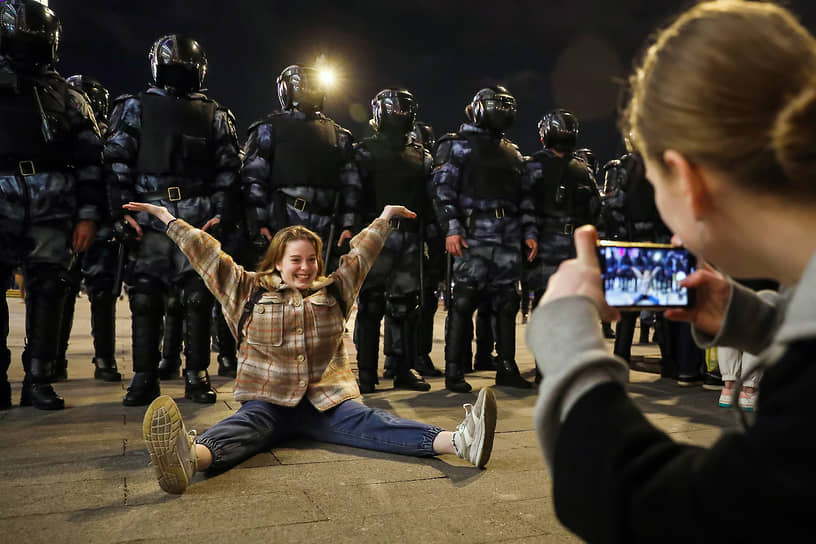 Москва. Участника несогласованной акции в поддержку оппозиционера Алексея Навального