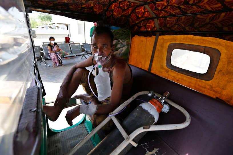По оценке агентства Reuters, в Нью-Дели каждые четыре минуты кто-то умирает от коронавируса