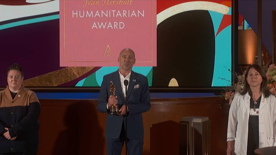Вручение «Оскара» благотворительному фонду Motion Picture & Television Fund, который помогает в трудных ситуациях работникам развлекательной и киноиндустрии