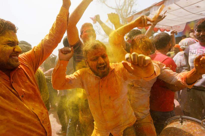 К концу апреля количество заразившихся ежедневно стало превышать 300 тыс. человек <br>На фото: фестиваль красок Холи