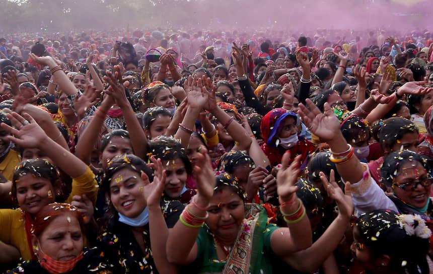 Вторую волну пандемии также связывают со слабым соблюдением мер безопасности. На период роста заболеваний пришелся индуистский религиозный праздник Кумбха Мела и праздник Холи, в которых участвуют миллионы жителей Индии  <br>На фото: праздник Холи