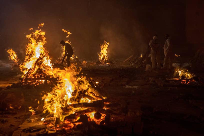 В 2020 году в Индии были введены общенациональные карантинные меры. В этом году каждый штат действует на свое усмотрение   <br>На фото: сожжение тел жертв коронавирусной инфекции в Нью-Дели
