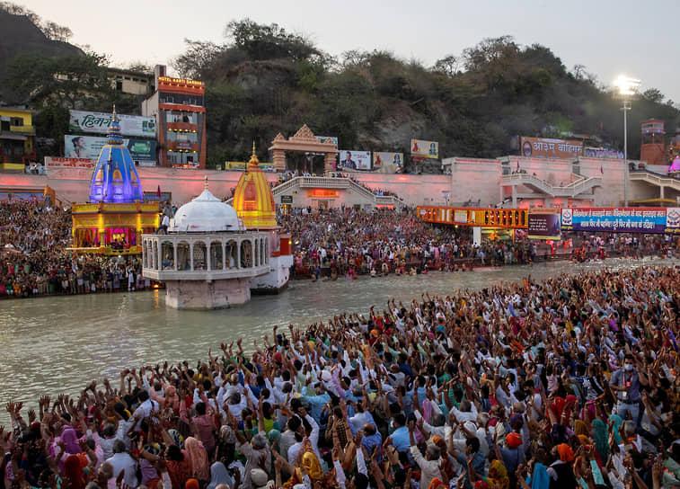 В большинстве регионов Индии не запрещено проведение массовых мероприятий. В январе-феврале 2021 года каждый день в стране выявлялось около 10-20 тыс. случаев коронавируса <br>На фото: индийцы во время религиозного фестиваля Кумбха Мела