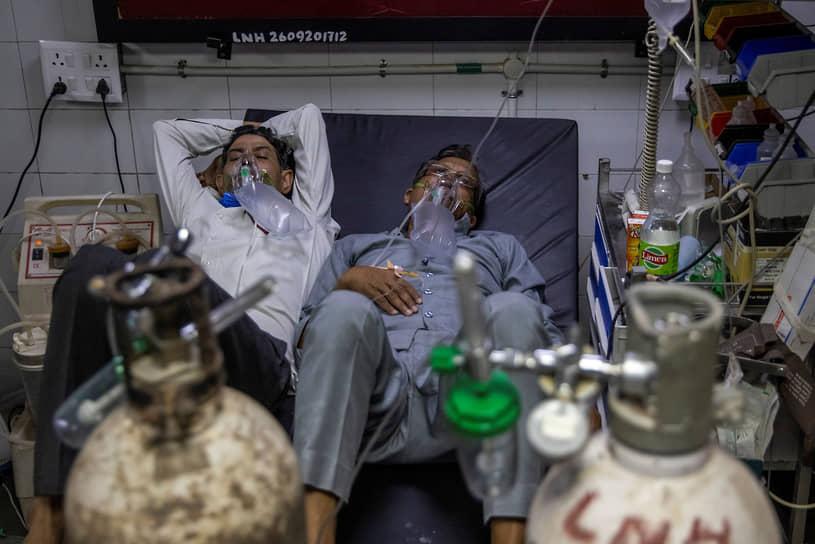 В больницах страны не хватает коек и кислорода. Некоторые семьи обращаются на черный рынок за лекарствами. Как выяснила BBC в своем расследовании, лекарства предлагаются по цене в пять раз выше официальной