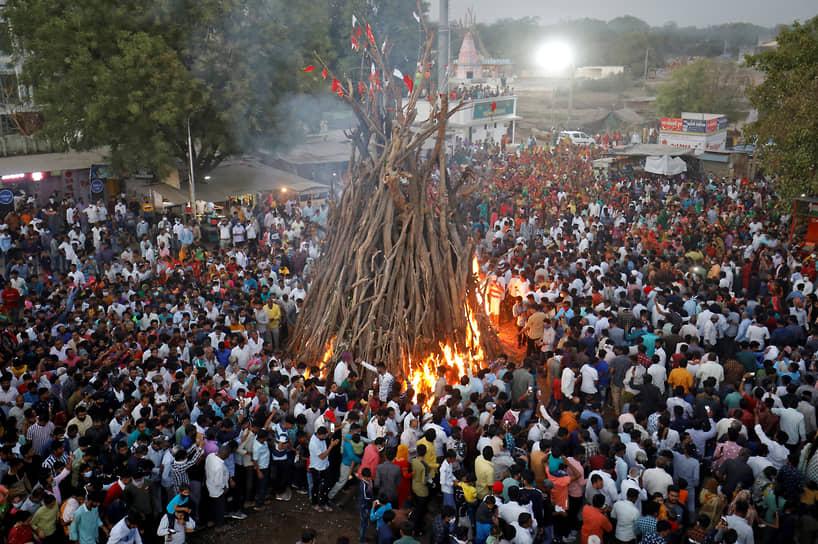 Всего число смертельных случаев достигло 195 тыс. человек <br>На фото: фестиваль Холика Дахан