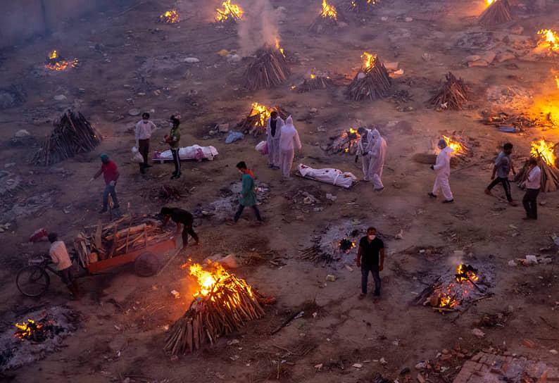 Из-за нехватки мест в Нью-Дели и других городах Индии приходится сжигать умерших прямо на улицах