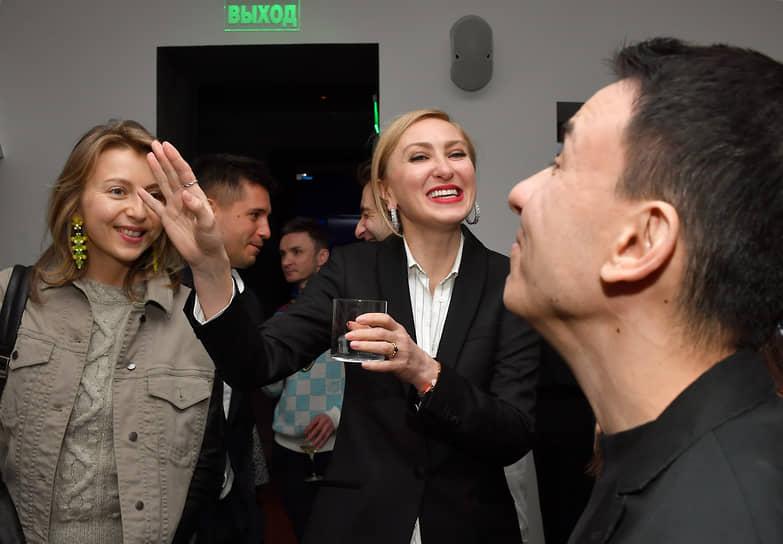 Коммерческий директор Vogue Ирина Елизарова (в центре) и Динара Иртуганова из компании Mercury во время коктейля журнала Vogue