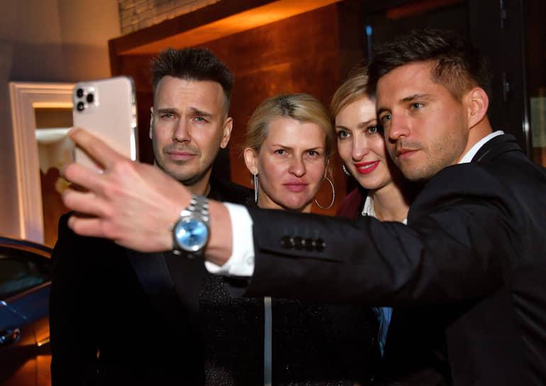 Журналист Михаил Зыгарь (слева) и основатель коммуникационного агентства PR Connection Agency Полина Киценко (вторая слева) во время коктейля журнала Vogue, посвященного запуску регулярного ежегодного приложения Vogue Travel