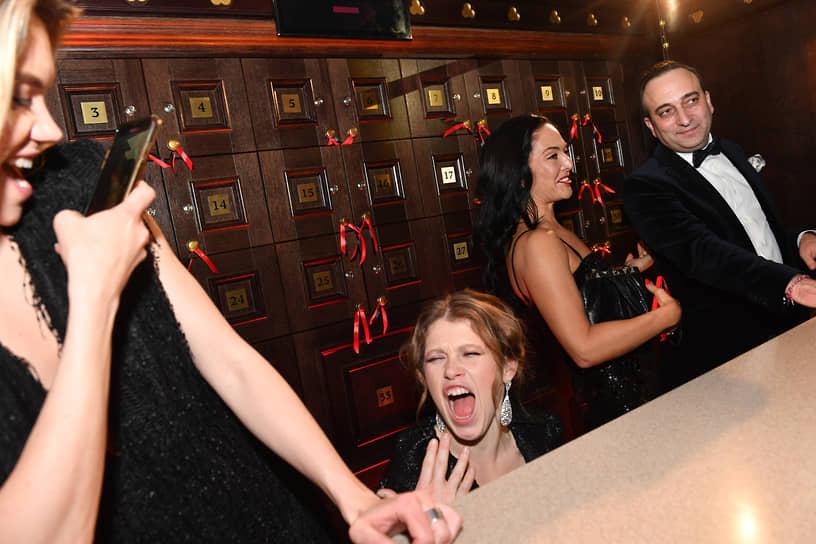 Слева направо: телеведущая, актриса Валерия Дергилева, актриса Варвара Шмыкова, певица Миранда Мирианашвили и соучредитель фонда «Друзья» Гор Нахапетян во время празднования дня рождения фонда
