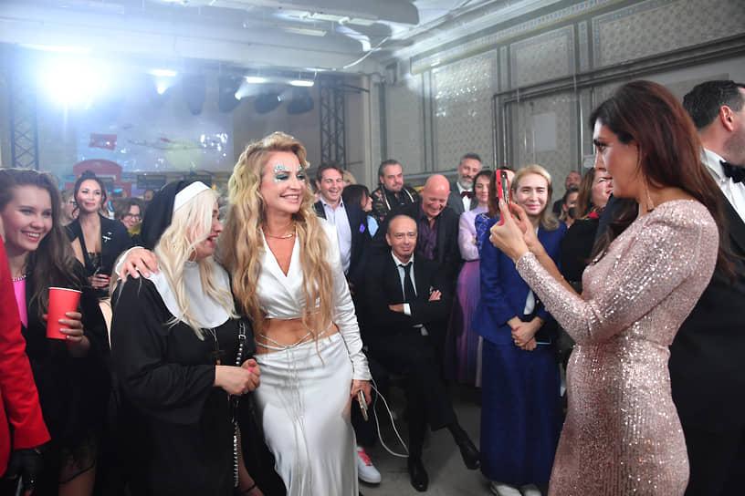 Супруга бизнесмена Олега Шелягова Виктория (в центре) и киноэксперт Первого канала Екатерина Мцитуридзе (справа) во время празднования дня рождения благотворительного фонда «Друзья»  в бане «Сандуны»