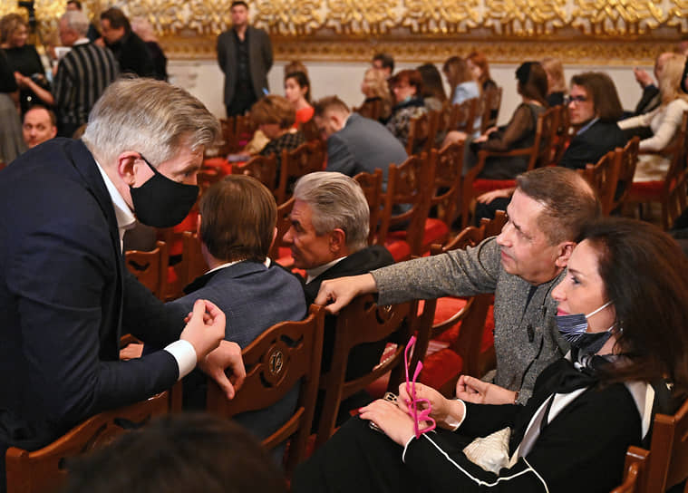 Руководитель департамента культуры города Москвы Александр Кибовский (слева) и лидер группы «Любэ» Николай Расторгуев (второй справа) на юбилейном творческом вечере Никиты Михалкова «12» в Большом театре
