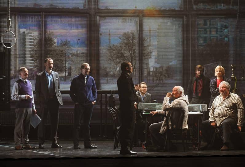 Режиссер, председатель Союза кинематографистов России Никита Михалков (третий справа) во время спектакля «12» по мотивам одноименного фильма