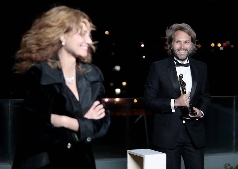 «Оскар» за лучший адаптированный сценарий достался сценаристам «Отца» — Флориану Зеллеру (на фото) и Кристоферу Хэмптону <br>На фото слева: актриса Марин Дельтерм