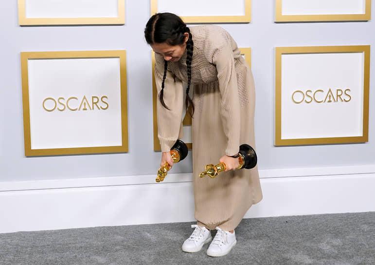 Хлои Чжао получила «Оскар» как лучший режиссер за фильм «Земля кочевников». Она стала второй женщиной в истории, получившей «Оскар» за режиссуру