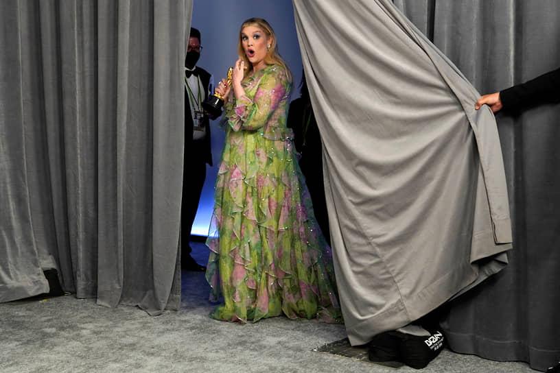 Эмиральд Феннел получила «Оскар» за лучший оригинальный сценарий к своему дебютному фильму «Девушка, подающая надежды»