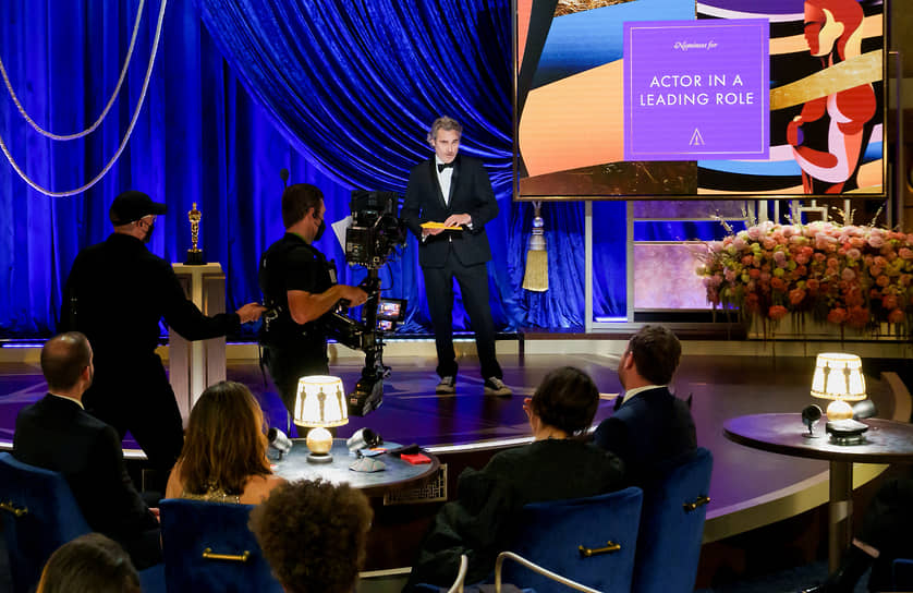 Лучшим актером назван Энтони Хопкинс за роль в фильме «Отец». Он не присутствовал на церемонии, награду от его имени получил актер Хоакин Феникс (на фото)
