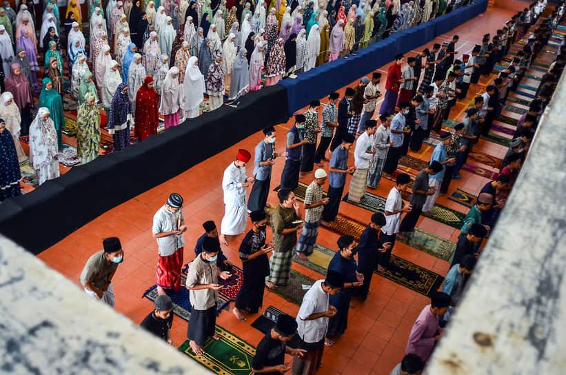 Сиамис, Индонезия. Мусульмане молятся за погибший экипаж затонувшей подводной лодки национальных ВМС