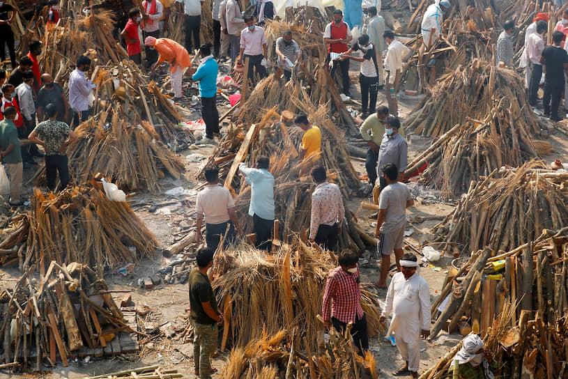 Нью-Дели, Индия. Подготовка погребальных костров для скончавшихся от коронавируса