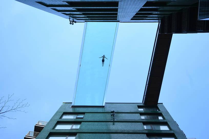 Лондон, Великобритания. Подвесной бассейн между двумя домами