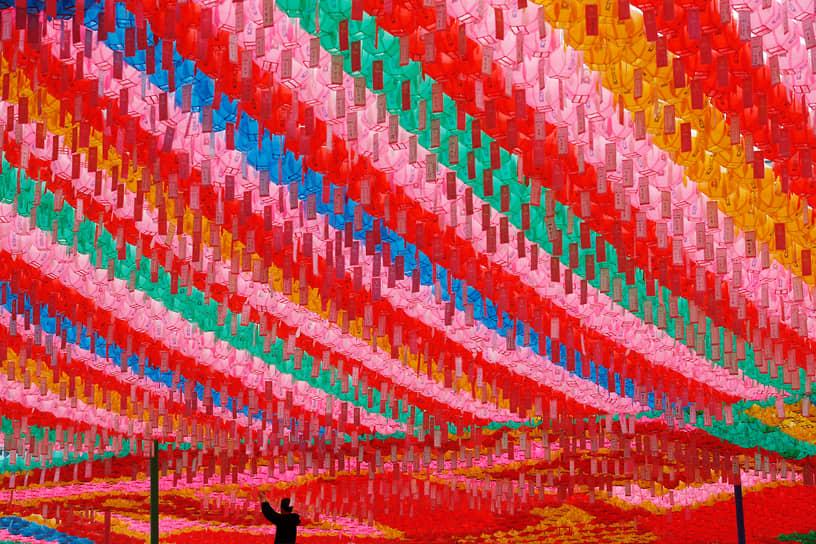 Сеул, Южная Корея. Мужчина прикрепляет бирку с именем в рамках предстоящего празднования дня рождения Будды