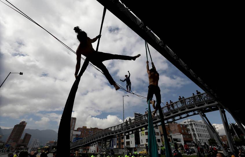 Богота, Колумбия. Акробаты во время национальной забастовки против налоговой реформы