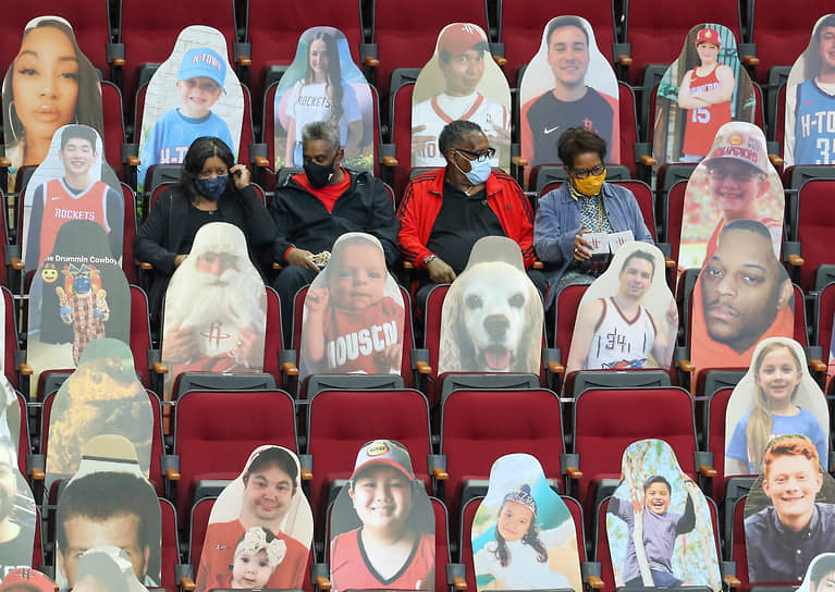 Хьюстон, США. Болельщики на трибуне стадиона перед баскетбольным матчем