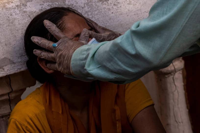 Нью-Дели, Индия. Женщина, мать которой умерла от коронавируса