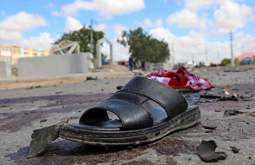 Могадишо, Сомали. Обувь на месте взрыва автомобиля со смертником