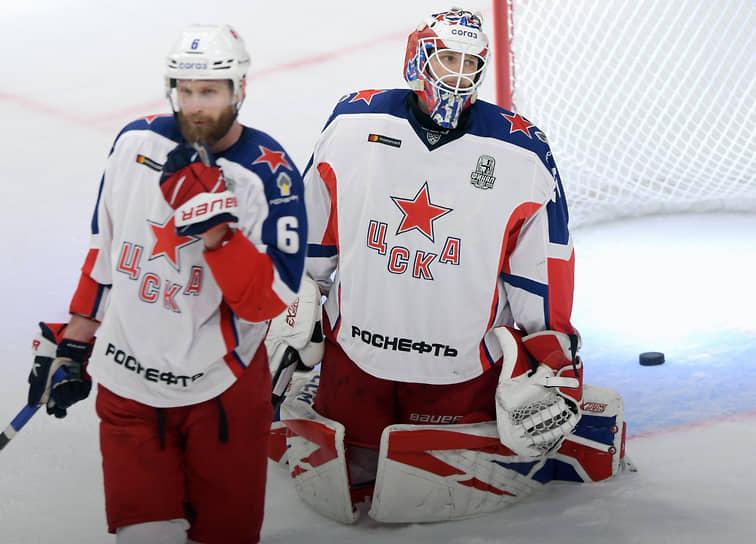 Игрок ЦСКА Клас Дальбек (слева) и вратарь армейцев Ларс Юханссон во время матча