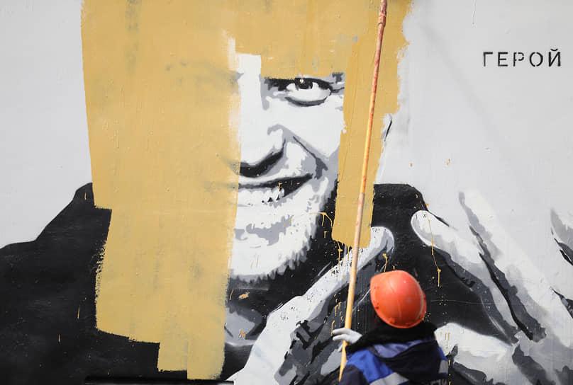 Санкт-Петербург. Граффити с изображением оппозиционера Алексея Навального закрашивают в Пушкарском саду