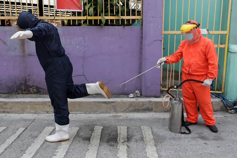 Кесон-Сити, Филиппины. Медики проводят дезинфекцию после тестирования на коронавирус