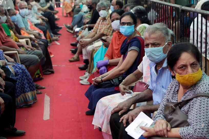 Мумбаи, Индия. Очередь на вакцинацию от COVID-19