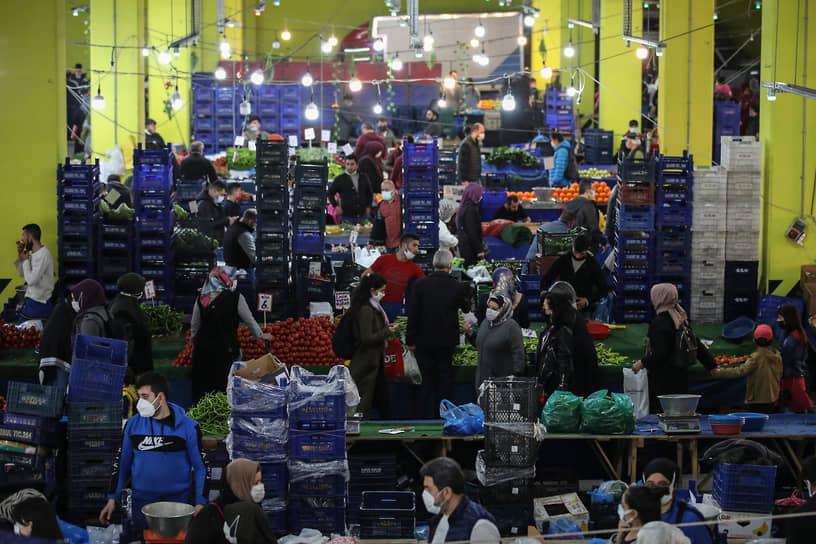 Стамбул, Турция. Люди покупают продукты на рынке в ожидании новых ограничений из-за пандемии коронавируса