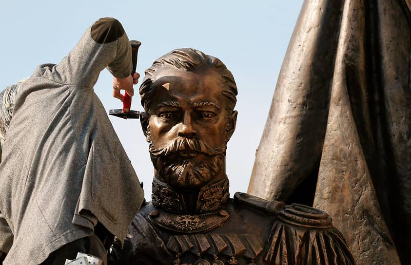 Во время работы над новой статуей последнего русского царя Николая II в Белграде. Апрель 2016 года
