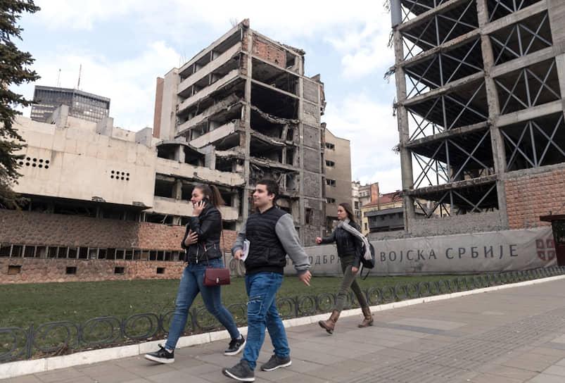 Построенное по проекту русского архитектора Баумгартена старое здание Генштаба уцелело во время натовских бомбардировок, в отличие от находящихся рядом зданий министерства обороны
