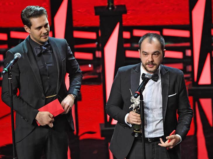 Режиссер Андрей Хуцуляк (справа), получивший главный приз фестиваля за фильм «#засранка»