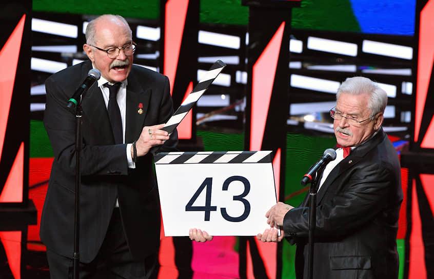 Председатель Союза кинематографистов России, президент ММКФ Никита Михалков (слева) и актер Сергей Никоненко во время церемонии