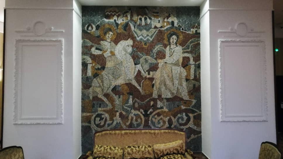 На витражах и мозаиках в гостинице «Москва» во время ее реконструкции в 1972 году Григорий Самойлов изобразил Россию, которую покинул за полстолетия до этого
