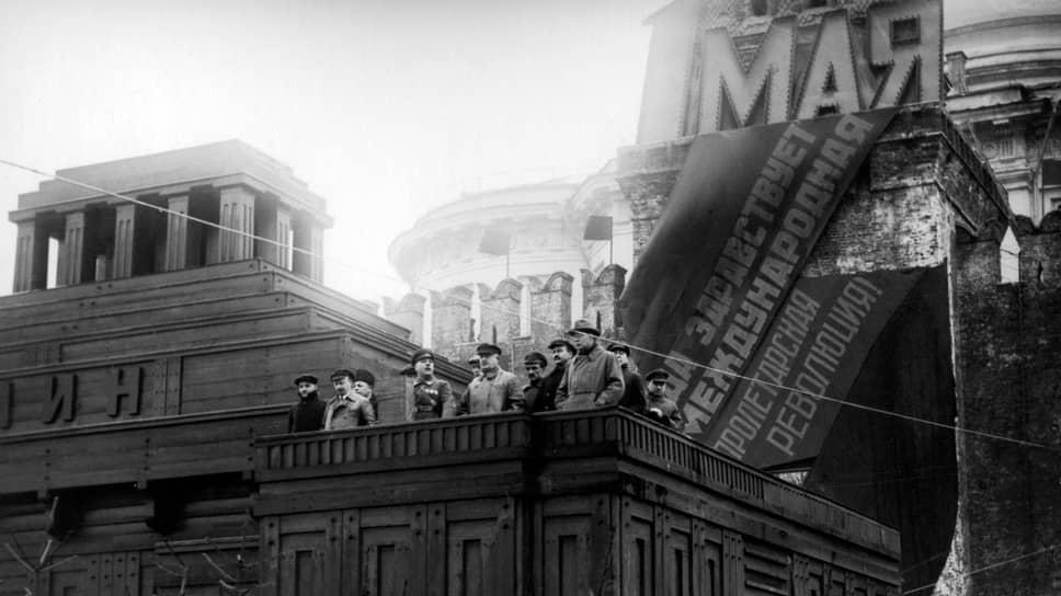 «Посол отметил, что выступление т.Ворошилова было сделано от имени советского правительства» (на фото — К.Е.Ворошилов произносит речь на Красной площади. Москва, 1 мая 1929 года)