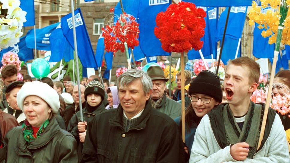 Участники первомайской демонстрации на Тверской улице в Москве. 1 мая 2000 года