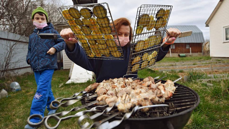 Мясо подгорает на мангале / Цены на баранину и свинину растут к майским праздникам