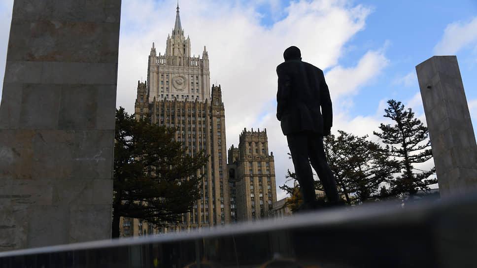 «Проще было бы сказать: не умеем и не хотим работать» / МИД РФ отреагировал на решение посольства США в Москве о прекращении выдачи виз
