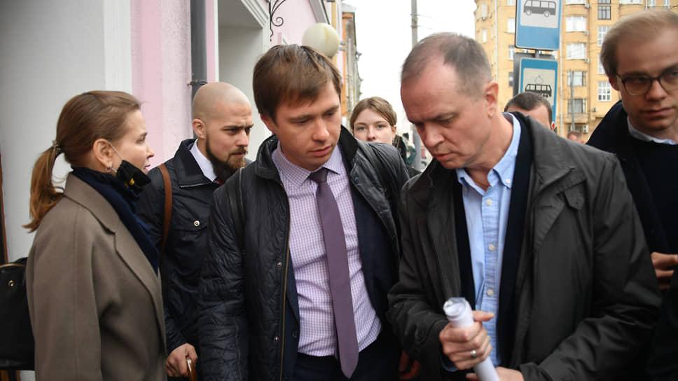 В центре: адвокаты Евгений Смирнов (слева) и Иван Павлов