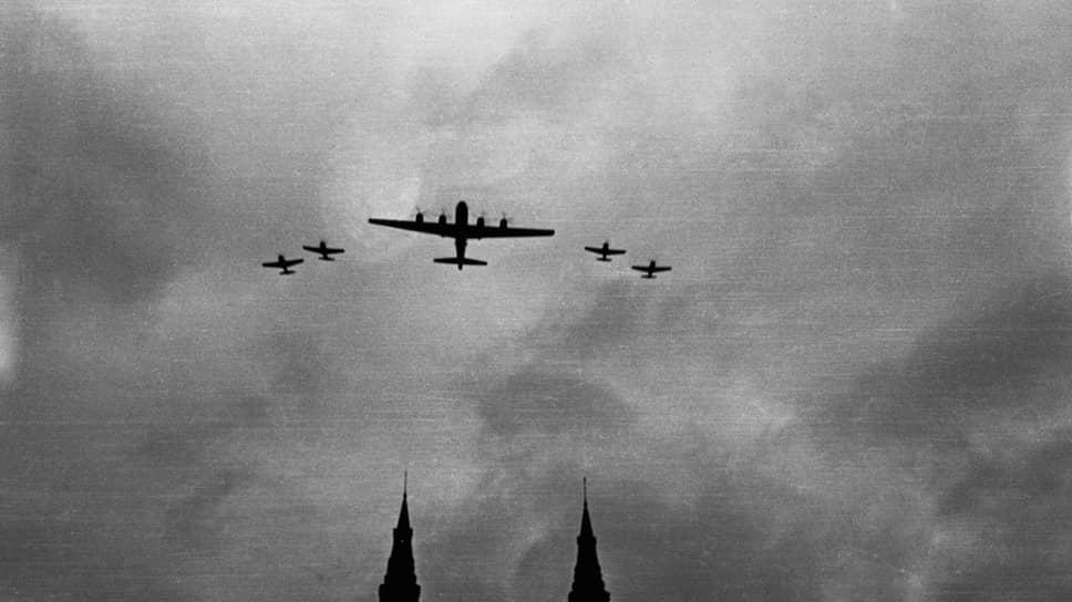«Броски в воздухе были настолько сильны, что огромные наши крылья встряхивались» (на фото — Ту-4 в сопровождении истребителей над Красной площадью)