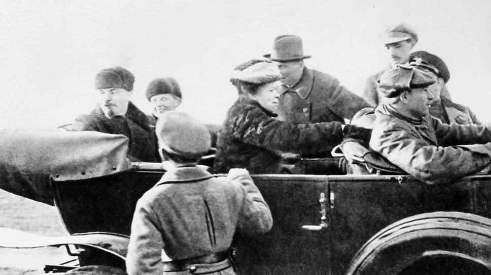 «Ошеломленное начальство, вероятно, не знавшее о присутствии на поле Владимира Ильича, через два часа было в Управлении Делами Совнаркома со своими объяснениями» (на фото — Ленин уезжает с Ходынского поля. Москва, 1 мая 1918 года)