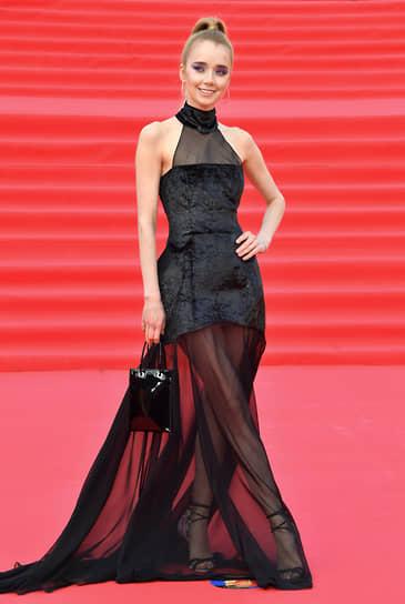 Актриса Алена Чехова на красной дорожке перед началом церемонии закрытия Московского международного кинофестиваля