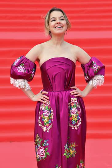 Актриса Юлия Хамитова на красной дорожке перед началом церемонии закрытия Московского международного кинофестиваля