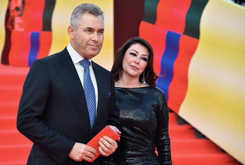 Адвокат Павел Астахов с супругой Светланой на красной дорожке перед началом церемонии закрытия Московского международного кинофестиваля