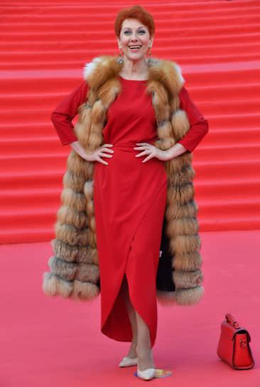 Актриса Оксана Сташенко на красной дорожке перед началом церемонии закрытия Московского международного кинофестиваля