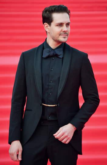 Актер Милош Бикович на красной дорожке перед началом церемонии закрытия Московского международного кинофестиваля